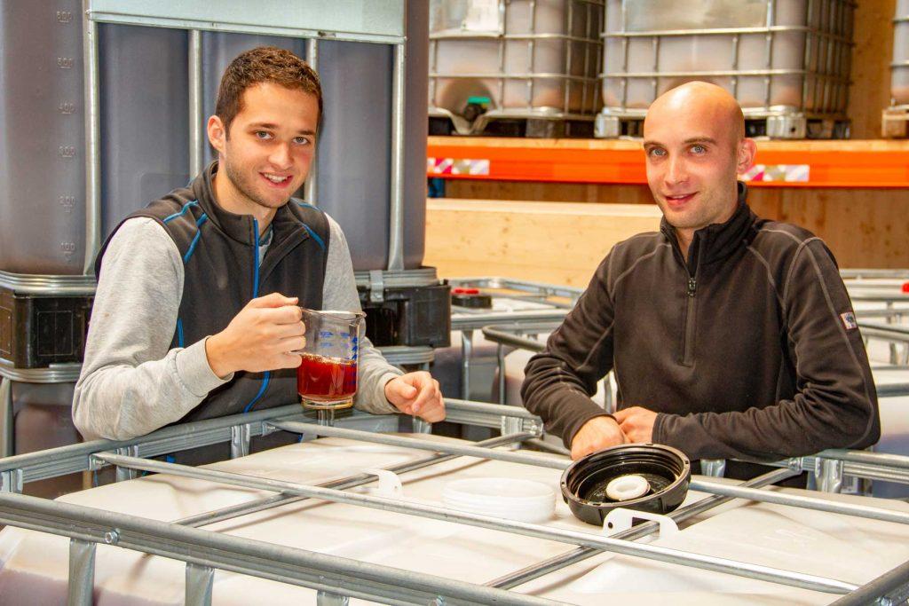 Markus Gutmeier und Bernhard Becherer bei der Herstellung von Regenerativen Mikroorganismen